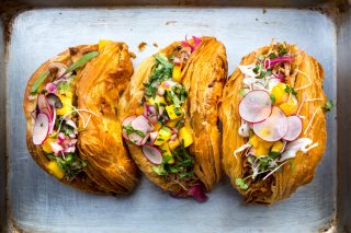 E voi lo mangereste il Tacro, il nuovo ibrido tra taco e croissant?