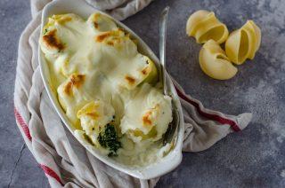 Conchiglioni, spinaci e fonduta: pasta al forno vegetariana