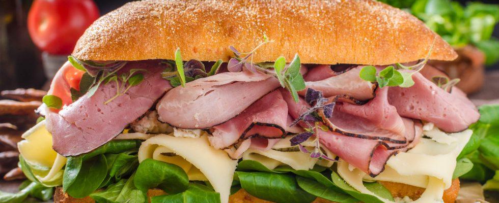Panino con arrosto, ideale per un pasto informale e veloce