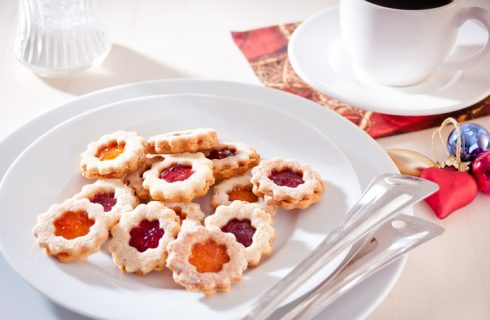 I biscotti a fiore con marmellata per la Festa della mamma