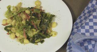 Gnocchi verza e speck: primo piatto saporito