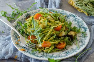 Tagliatelle paglia e fieno con melanzane, rucola e caprino: la nostra ricetta