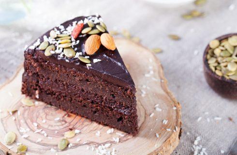 Raw vegan chocolate cake: salutare e invitante
