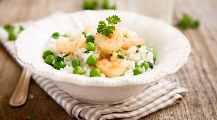 Il riso freddo con piselli e gamberetti con la ricetta primaverile