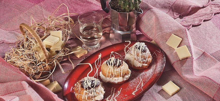 Bombolotti alla ricotta con cioccolato bianco e composta di mirtilli, un dolce morbido e goloso