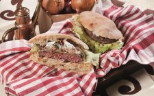 Burger ricco, un hamburger e due salse per un panino gustoso e saporito