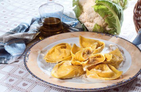 Cappellacci al tartufo su crema di cavolfiore, un primo piatto delicato dalla tradizione ferrarese