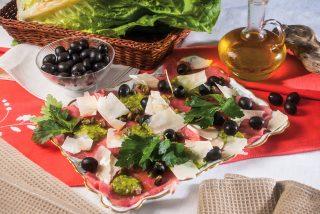 Carpaccio di manzo con pesto di lattuga, un secondo piatto delicato