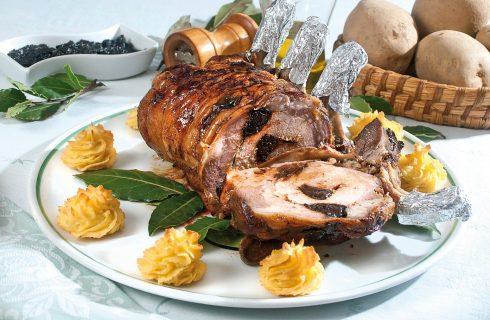 Carrè di maiale alle prugne con patate duchessa, un secondo piatto dalla tradizione natalizia
