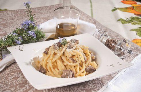 Chitarrina al ragù di agnello con pecorino, un primo piatto saporito con carne tenera
