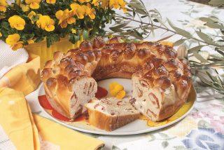 Ciambella salata, una morbida torta rustica con salumi e formaggi