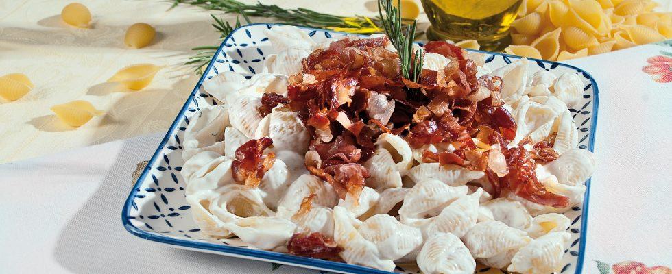 Conchiglie con crema di taleggio e prosciutto crudo, un primo piatto veloce e gustoso