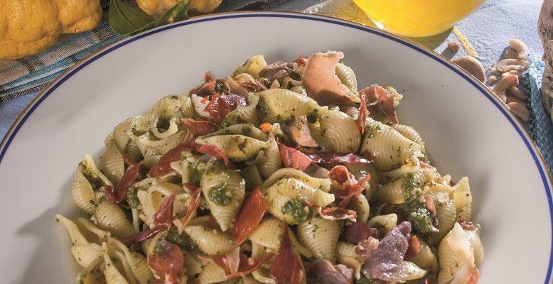 Conchiglie con spinaci, anacardi e speck, un primo piatto cremoso e nutriente