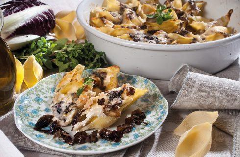 Conchiglioni con ricotta e besciamella al radicchio di Treviso, un primo piatto vegetariano dal ripieno cremoso e saporito