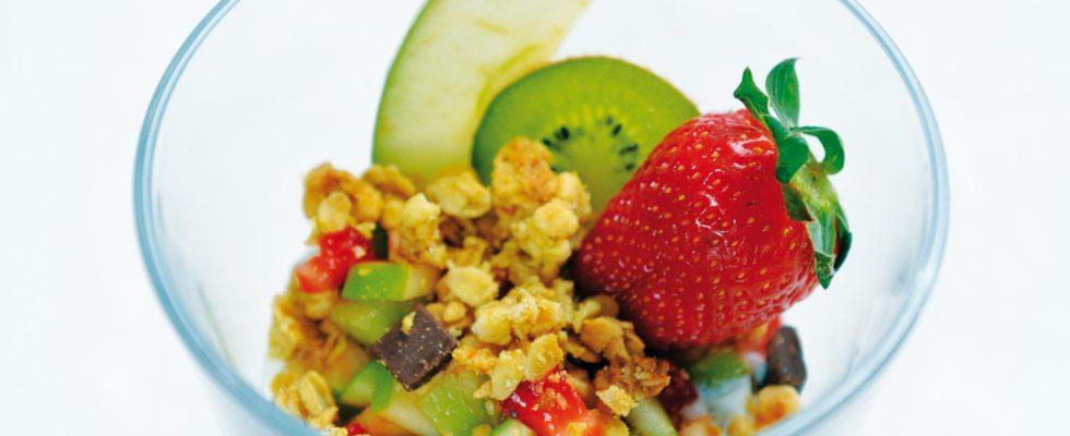 Coppa di yogurt con muesli e frutta fresca, un dolce light