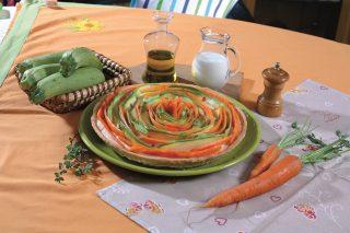 Crostata di zucchine e carote con besciamella alla maggiorana, una torta salata vegetariana e scenografica