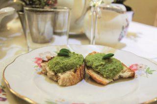 Crostoni di pane con patè di piselli verdi, un appetizer vegano