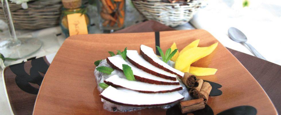 Dolce speziato di riso con mango e latte di cocco, un dolce esotico senza uova e senza forno