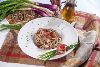 Fettuccine al pane nero speck e gorgonzola, un primo piatto veloce e saporito