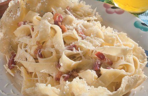 Fettuccine alla gricia su cialda di pecorino, un primo piatto romano con un tocco in più