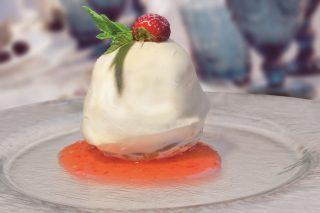 Finta mozzarella al limoncello con salsa alle fragole, un dolce scenografico e delizioso