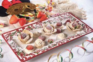 Fiori di fragole di Carnevale, dolci fritti carini e appetitosi