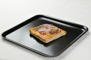 Focaccia bianca con cipolla di Tropea e rosmarino, un appetizer facile e veloce