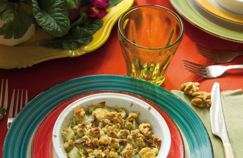 Indivia belga con crumble di gorgonzola e noci, un'insalata calda e croccante