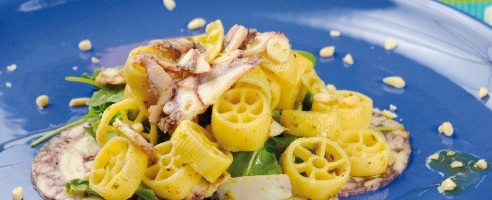 Insalata di pasta con carpaccio di polpo e pesto di rucola, un primo fresco ed estivo