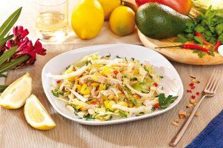 Insalata di pollo, con mango e avocado, un piatto unico fresco ed esotico