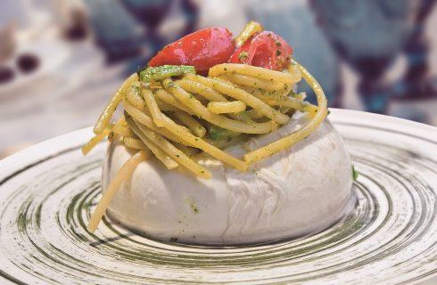 Mozzarella farcita di spaghetti con salsa di zucchine, un sorprendente primo