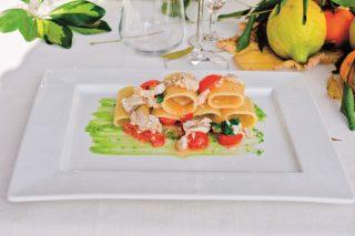 Paccheri con dadolata di cernia, limone e datterini: un primo fresco e veloce