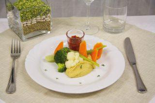 Pinzimonio invernale con hummus di ceci e peperoni arrostiti, piatto unico vegetariano