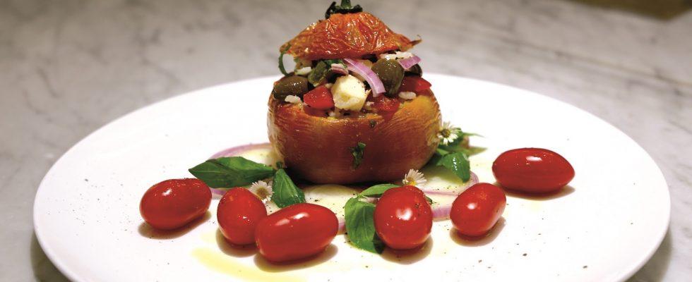 Pomodori ripieni di insalata di riso, un primo vegetariano e saporito