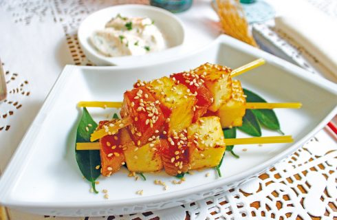Spiedini di salmone e ananas, un secondo sfizioso e veloce
