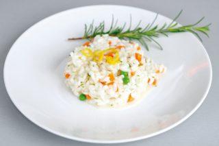 Risotto con piselli, carote ed erbe aromatiche, un gustoso primo di verdure