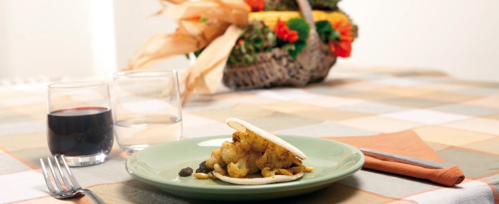 Rosette di cavolfiore al curry e sfoglie di polenta bianca, un colorato secondo di verdure