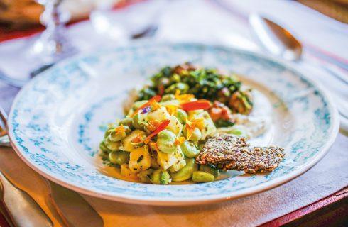 Salsiccia e cime di rapa con insalatina di fave fresche, un secondo meridionale