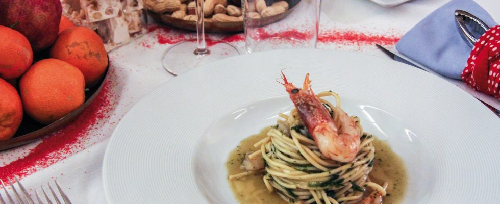 Spaghetti con lenticchie, cicoria e gamberi, un primo dal sapore deciso