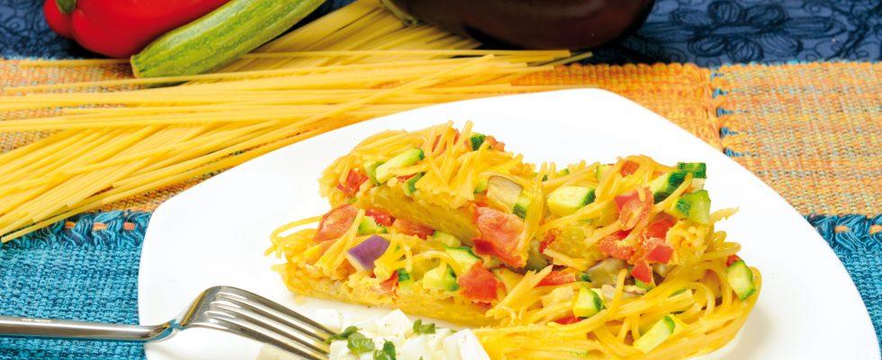 Spaghetti in forma con verdure grigliate e mozzarella, una primo croccante e saporito