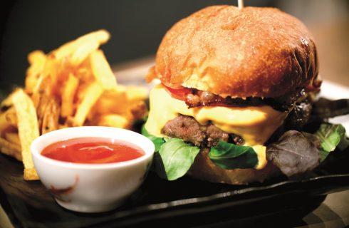 Hamburger con bacon, un tocco americano al solito panino fatto in casa