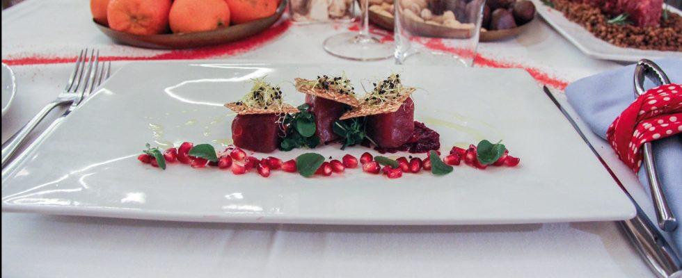 Tonno in olio di cottura con cracker di lenticchie al sesamo e crema di rape rosse, un secondo piatto invernale