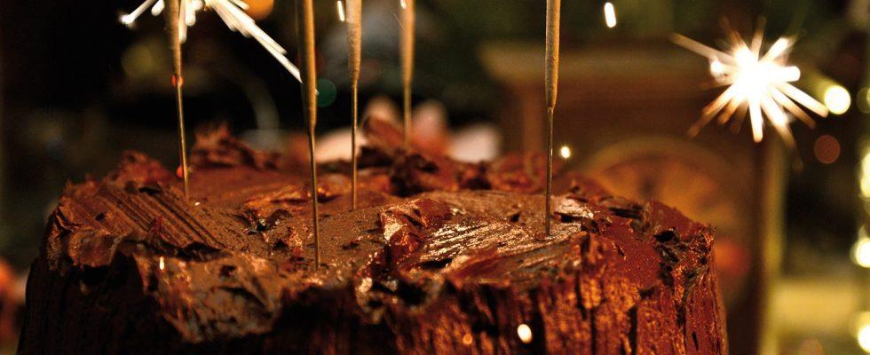 Torta due piani al cioccolato, un dolce per compleanni ghiotti