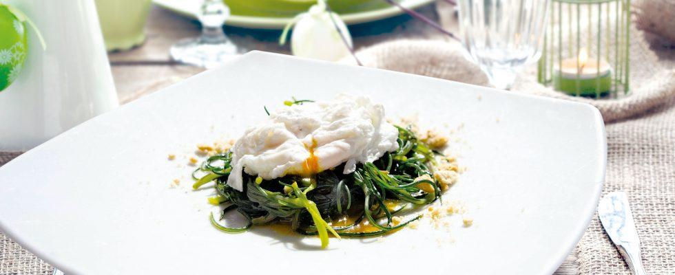 Uovo in camicia su nido di agretti, un antipasto vegetariano e delicato