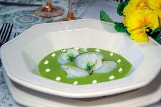 Vellutata di piselli con riccioli di calamari, un primo piatto caldo e veloce