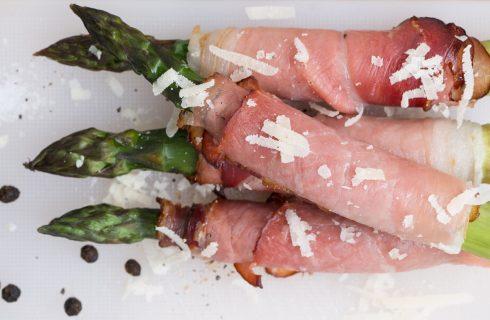 Gli asparagi al forno con prosciutto e mozzarella, l'antipasto facile per il pranzo della domenica