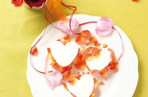 Panna cotta alle rose, un dolce al cucchiaio romantico dal sapore delicato