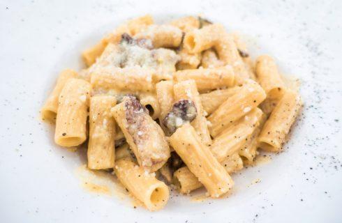 La ricetta della pasta alla carbonara con salsiccia, per un primo rustico