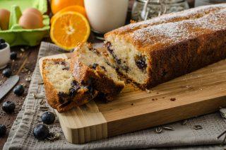 Plumcake allo yogurt con mirtilli e arancia: per la colazione