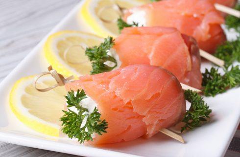 Rotolini di salmone e formaggio alle erbe, la ricetta light per l'estate